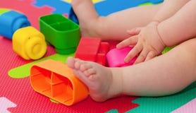 Juegos del niño con la unidad de creación Foto de archivo libre de regalías