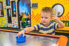 Juegos del niño en el aire hokey Fotos de archivo libres de regalías