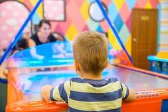 Juegos del niño en el aire hokey Fotografía de archivo