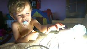 Juegos del niño pequeño con los garlandgarlands ligeros almacen de video