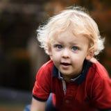 Juegos del niño en el jardín Fotografía de archivo