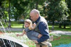 Juegos del padre con 2 años de bebé Fotografía de archivo