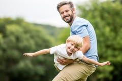 Juegos del padre con el hijo Imagen de archivo