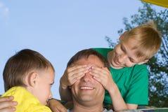 Juegos del papá con los niños jovenes fotografía de archivo libre de regalías
