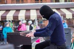 Juegos del pianista en máscara en la calle Fotografía de archivo libre de regalías