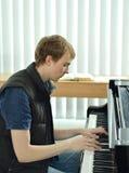 Juegos del pianista en piano de cola negro Fotografía de archivo