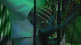 Juegos del saxofonista en el saxofón en el concierto almacen de video