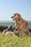 Juegos divertidos de la muchacha con el perro afuera Imagen de archivo
