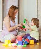 Juegos embarazados de la madre con el niño Fotos de archivo libres de regalías