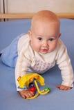 Juegos felices hermosos del bebé con los juguetes Fotografía de archivo libre de regalías