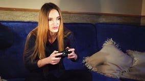 Juegos hermosos de la muchacha en juegos de ordenador metrajes