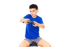 Juegos hermosos del muchacho con una palanca de mando Foto de archivo