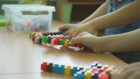 Juegos intelectuales del juego de niños en una guardería almacen de metraje de vídeo