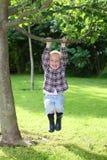 Juegos jovenes del muchacho en el jardín imágenes de archivo libres de regalías