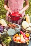 Juegos preciosos de la muchacha con las verduras Foto de archivo