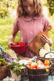 Juegos preciosos de la muchacha con las verduras Imagenes de archivo