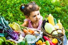 Juegos preciosos de la muchacha con las verduras Fotografía de archivo libre de regalías