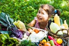 Juegos preciosos de la muchacha con las verduras Foto de archivo libre de regalías