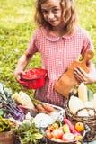 Juegos preciosos de la muchacha con las verduras Imagen de archivo