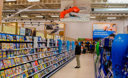 Juegos que hacen compras y DVDs de la gente Fotografía de archivo libre de regalías
