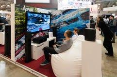 Juegos video del juego de los adolescentes en el soporte pionero Foto de archivo