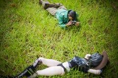 Juegue al hombre y la figura de acción de la muchacha toma una foto Imagenes de archivo