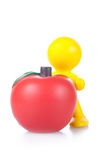 Juegue al pequeño hombre con la manzana roja grande. Imagen de archivo