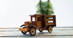 Juegue el abeto de la Navidad del tempo que lleva en tablón de madera metrajes