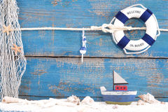 Juegue el barco con las cáscaras en un fondo de madera azul para el verano, HOL Fotos de archivo libres de regalías