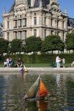 Juegue el barco de vela en la charca, Lourve, Jardin París, Francia Imágenes de archivo libres de regalías