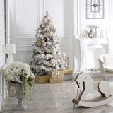 Juegue el caballo mecedora de madera en el interior del ` s del Año Nuevo Decoraciones del ` s del Año Nuevo Decoración de la cas Imagenes de archivo