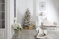Juegue el caballo mecedora de madera en el interior del ` s del Año Nuevo Decoraciones del ` s del Año Nuevo Decoración de la cas Foto de archivo libre de regalías