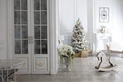 Juegue el caballo mecedora de madera en el interior del ` s del Año Nuevo Decoraciones del ` s del Año Nuevo Decoración de la cas Imagen de archivo libre de regalías