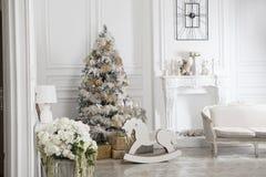 Juegue el caballo mecedora de madera en el interior del ` s del Año Nuevo Decoraciones del ` s del Año Nuevo Decoración de la cas Fotos de archivo libres de regalías