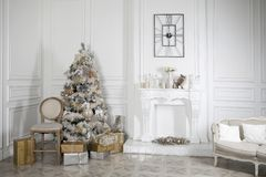 Juegue el caballo mecedora de madera en el interior del ` s del Año Nuevo Decoraciones del ` s del Año Nuevo Decoración de la cas Foto de archivo