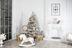 Juegue el caballo mecedora de madera en el interior del ` s del Año Nuevo Decoraciones del ` s del Año Nuevo Decoración de la cas Fotos de archivo
