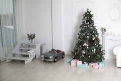 Juegue el caballo mecedora de madera en el interior del ` s del Año Nuevo Decoraciones del ` s del Año Nuevo Decoración de la cas Fotografía de archivo libre de regalías