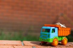 Juegue el camión contra un contexto de la arena y de piedras Imagen de archivo