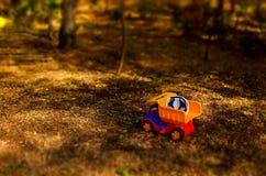 Juegue el camión y el casco de protección al aire libre en el jardín Fotos de archivo libres de regalías