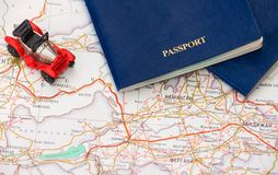 Juegue el coche con dos pasaportes en el fondo del mapa Imagen de archivo libre de regalías
