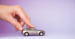 Juegue el coche del niño en mano del ` s de la mujer Viaje del crédito bancario del seguro de compra adonde ir concepto del viaje Fotos de archivo libres de regalías