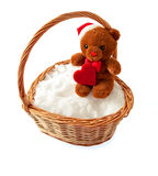 Juegue el oso con un corazón en una cesta de mimbre Imagenes de archivo