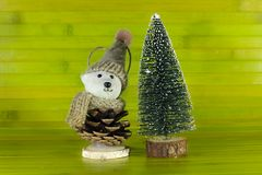 Juegue el oso con un sombrero al lado de un árbol decorativo de los chrismas en fondo de madera verde marrón fotografía de archivo