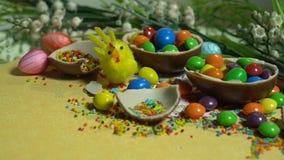 Juegue el pollo, los huevos de chocolate y el caramelo colorido Dulces de Pascua