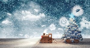 Juegue el tren que llega con el árbol de navidad la noche nevosa del invierno Imagenes de archivo