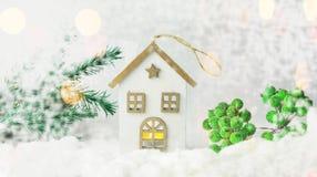 Juegue la casa de la decoración hecha de la madera en la nieve blanca Imágenes de archivo libres de regalías