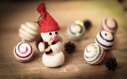 Juegue la casa de pan de jengibre del muñeco de nieve y en la tabla de la Navidad Foto de archivo libre de regalías