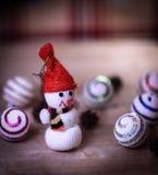 Juegue la casa de pan de jengibre del muñeco de nieve y en la tabla de la Navidad Fotos de archivo libres de regalías