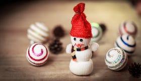Juegue la casa de pan de jengibre del muñeco de nieve y en la tabla de la Navidad Foto de archivo