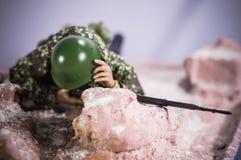 Juegue la figura de acción del soldado del hombre fondo de seda realista miniatura de la diorama Fotos de archivo libres de regalías
